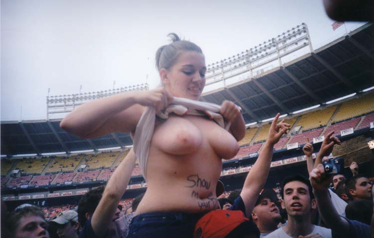 Girl flashes boobs game