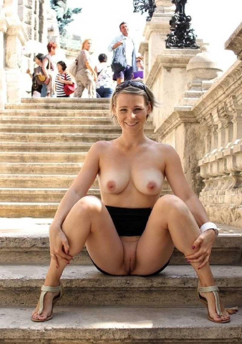 Amateur Females Flashing - Pictures of Girls Exposing Their Boobs ...