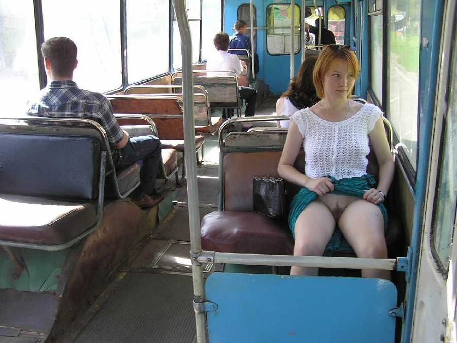 Под юбкой в автобусе фото