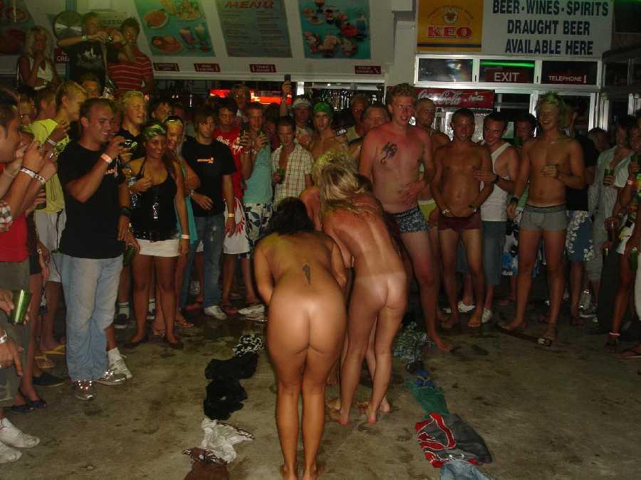Verlegene nackte Mädcheneinweihung — foto 9