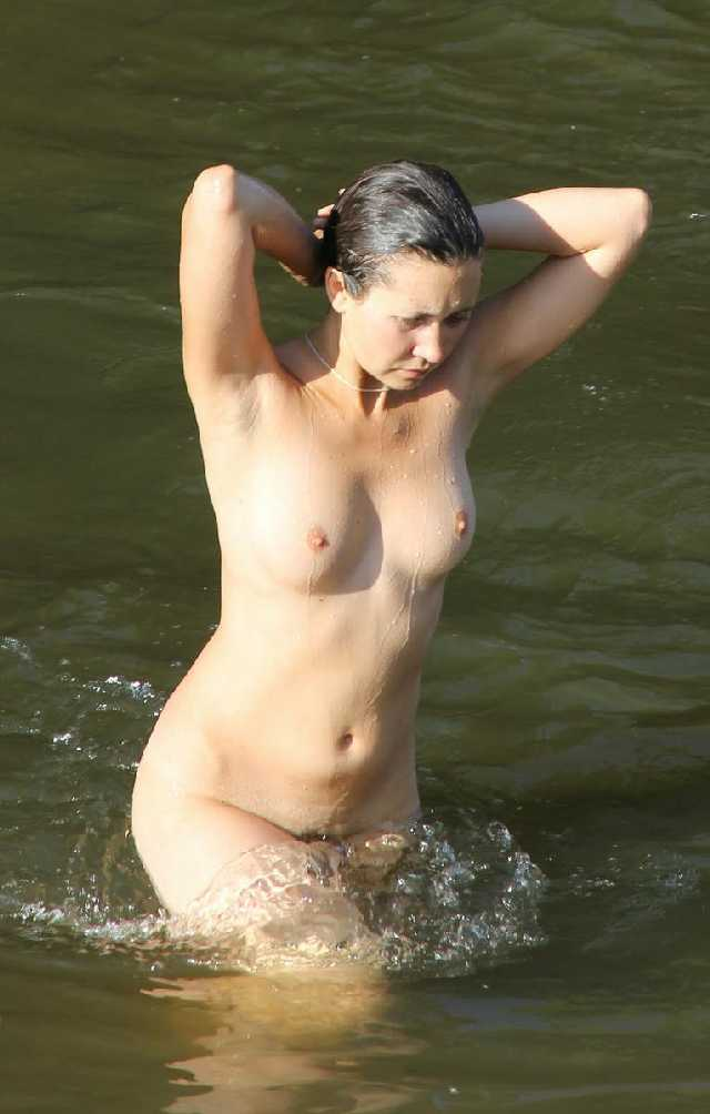 naked-swim-with-mom
