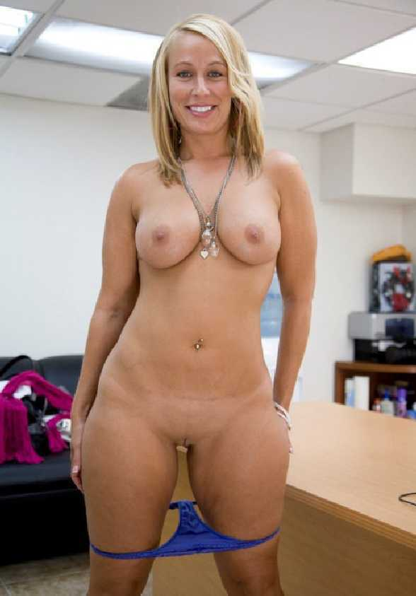 nude-woman-office
