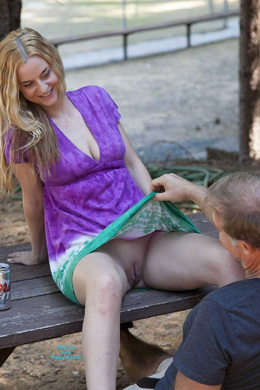 Фото волосатый лобок под юбкой 15 фотография
