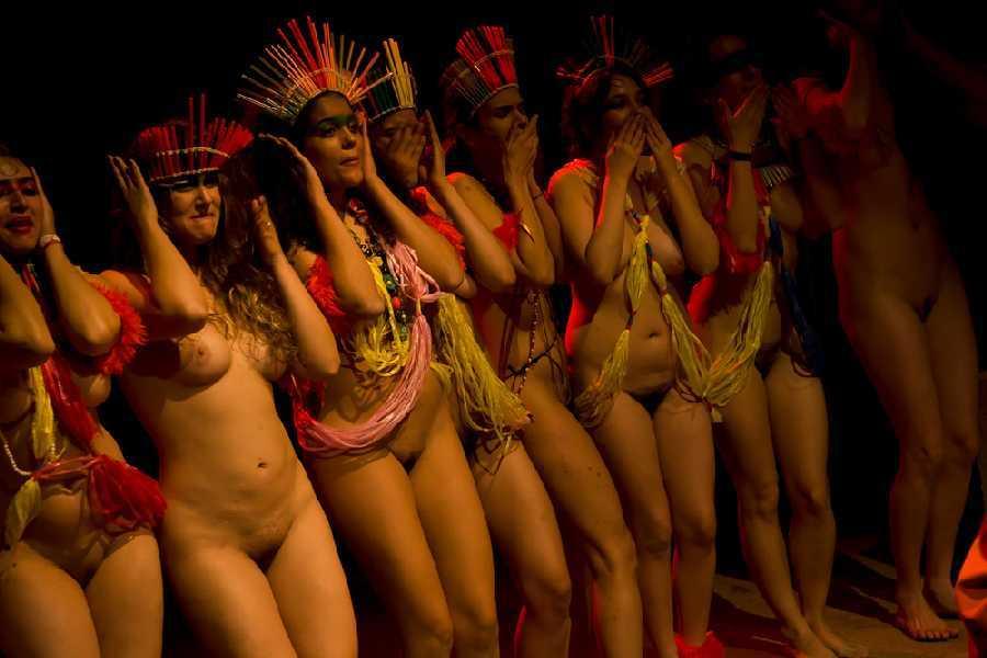 голые груди зрителей в театре фото