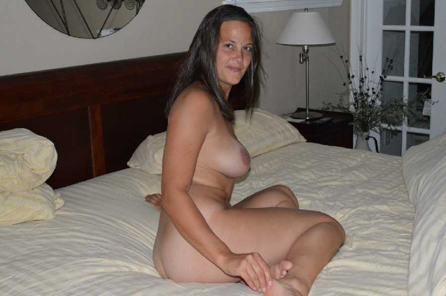 Amature milf posing nude
