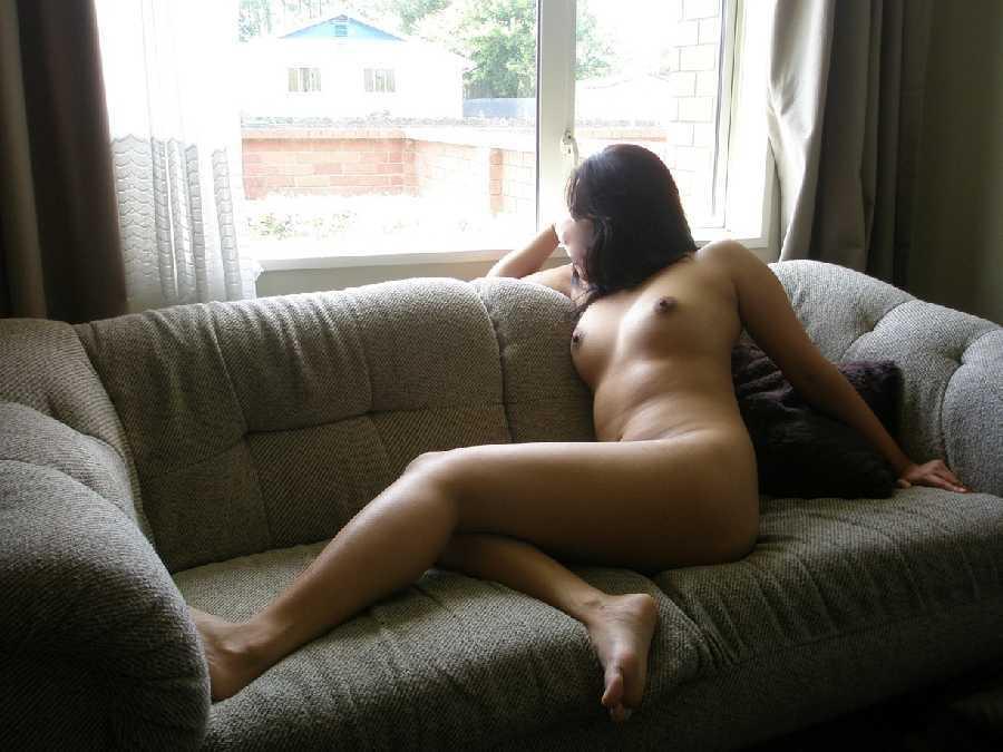 naked-girl-masturbating-in-window
